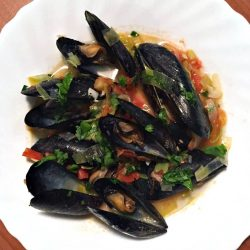 Mussels with Leeks, Garlic, Tomato and Wine