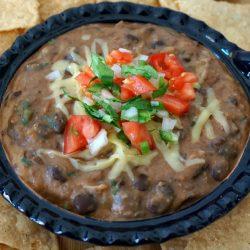 Schwarzer Bohnen-Dip mit Käse und Koriander